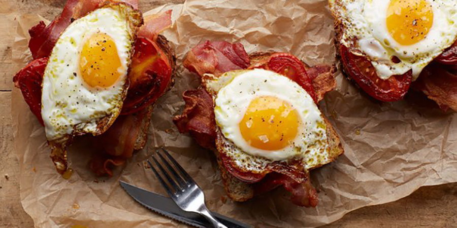 უგემრიელესი ტოსტი ბეკონი, კვერცხი და პომიდვრით